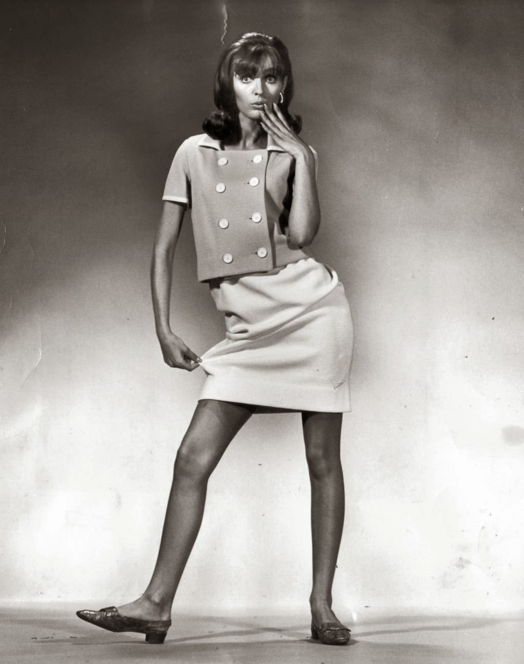 stereotypes of women in the 1960s Men and women are also expected to dress and groom in ways that are stereotypical to their gender (men wearing pants and short hairstyles, women wearing dresses and make-up hyperfemininity is the exaggeration of stereotyped behavior that's believed to be feminine.