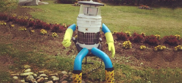 1406646407-traveling-robot-isnt-just-pile-junk-on-side-of-road-hitchbot-2