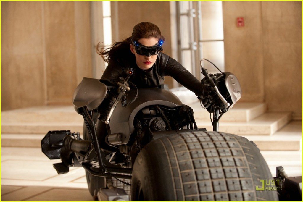 anne-hathaway-as-dark-knight-rises-catwoman-first-look-01