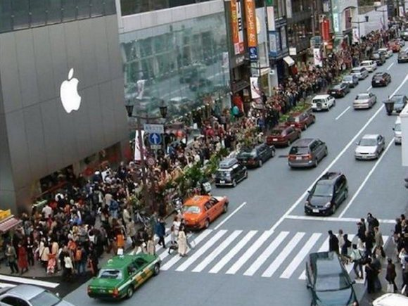 people lining up for iPhone